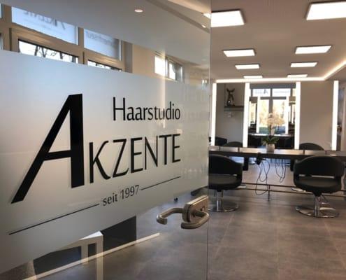 Schaufensterbeklebung Haarstudio Akzente