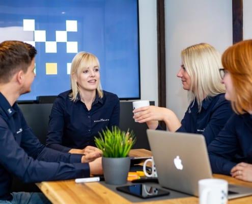 Gruppenfoto am PC Ideengenerierung Werbeagentur Osnabrück